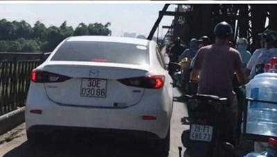 Phạt tài xế lái ô tô Mazda đi lên cầu Long Biên