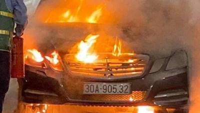 Quảng Ninh: Xe Mercedes cháy trơ khung trên cầu Bạch Đằng