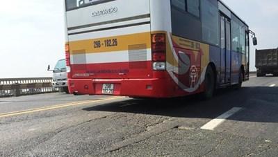 'Nắn' lộ trình 16 tuyến xe buýt để sửa mặt cầu Thăng Long