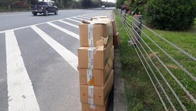 Phát hiện gần 20 thùng carton chứa thuốc tây y bị bỏ lại bên vệ đường