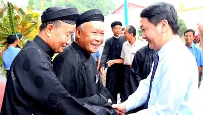 BẢN TIN MẶT TRẬN: Phó Chủ tịch - Tổng Thư ký Hầu A Lềnh chúc mừng Ðại lễ Khai đạo Phật giáo Hòa Hảo