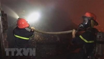Cháy công ty nệm mút rộng 3.000 m2, nhiều hàng hóa bị thiêu rụi