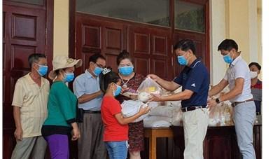 Những món quà nghĩa tình gửi đến bà con người Việt tại Campuchia