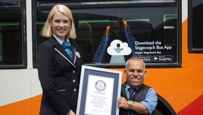 Khó tin người lái xe buýt chỉ cao 1,3m