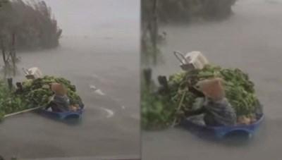 Người phụ nữ gồng mình chống mưa gió trên chiếc ghe đầy ắp chuối gây xúc động mạng xã hội
