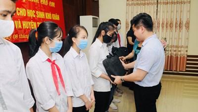 Hà Nội: Tiếp tục tặng máy tính cho học sinh khó khăn