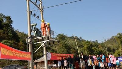 Điện Biên: Gần 200 hộ dân xã Nậm Chua đón điện trước Tết Canh Tý 2020