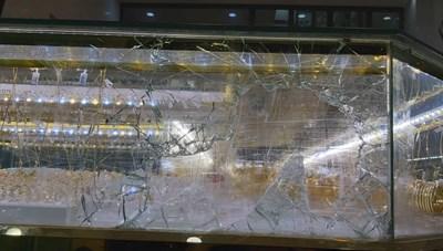 Quảng Ngãi: Chủ tiệm mải mê xem bóng đá, kẻ trộm đập bể tủ kính lấy vàng