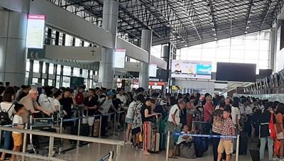Nữ hành khách mang hành lý quá cân, cắn nhân viên hàng không