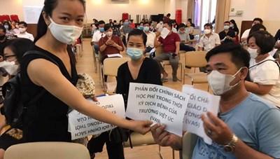 Hàng trăm phụ huynh đến trường quốc tế phản đối việc thu học phí