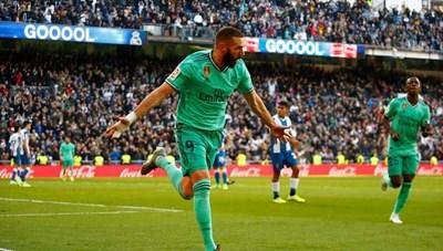 Messi lập hat-trick giúp Barca tiếp tục song hành với Real ở La Liga