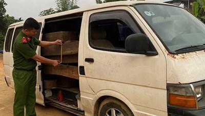 Quảng Nam: Xe 12 chỗ biển giả vận chuyển gỗ lậu