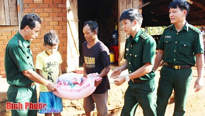 Bình Phước: Đồn Biên phòng Bù Đốp hỗ trợ gạo cho hộ nghèo