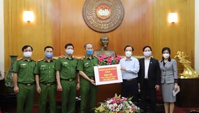 BẢN TIN MẶT TRẬN: Phó Chủ tịch Ngô Sách Thực tiếp nhận các đơn vị ủng hộ phòng, chống dịch Covid-19