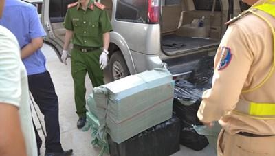 Truy đuổi ôtô biển giả chở gần 12.000 bao thuốc lá lậu
