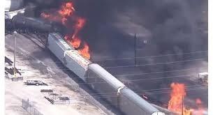 [VIDEO] Tàu chở hàng Mỹ bốc cháy ngùn ngụt sau khi trật khỏi đường ray