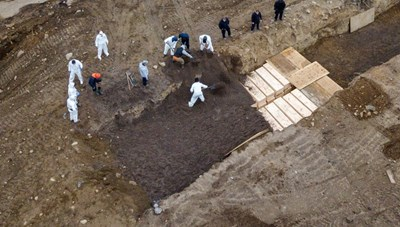 [VIDEO] Cận cảnh những hố chôn tập thể nạn nhân tử vong vì dịch Covid-19 ở Mỹ