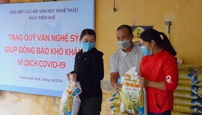 Văn nghệ sĩ Thừa Thiên - Huế tặng gạo cho người nghèo
