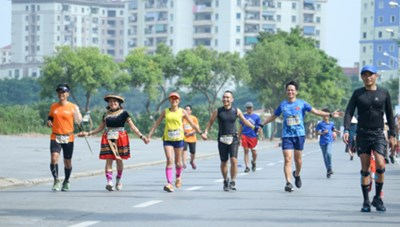 Gần 6.000 người tham gia Longbien Marathon
