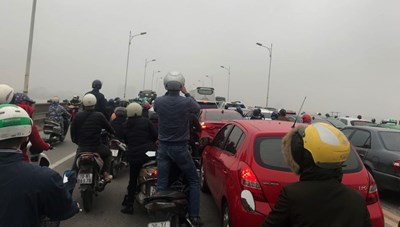 Tai nạn giao thông khiến 1 người tử vong, cầu Vĩnh Tuy tê liệt