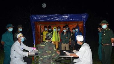 12 người lặng lẽ vượt biên về Việt Nam để trốn cách ly