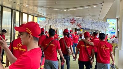 [VIDEO] Cận cảnh các cổ động viên Việt Nam 'đại náo' sân bay Manila