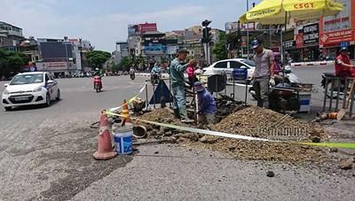 Hà Nội: Vỡ đường ống nước tại khu vực ngã 6 Ô Chợ Dừa