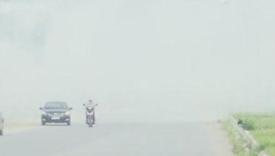 Đường Hà Nội mù mịt khói vì người dân đốt rơm rạ