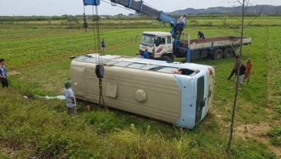 [VIDEO] Lật xe chở công nhân, 21 người bị thương