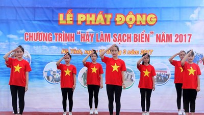 Hà Tĩnh: Ra quân làm sạch môi trường biển