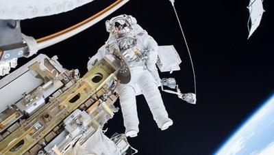 Hai nhà du hành vũ trụ Nga đi bộ trong không gian 7 giờ rưỡi
