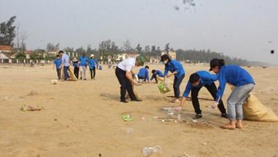 Hàng trăm đoàn viên Hà Tĩnh chung tay làm sạch biển