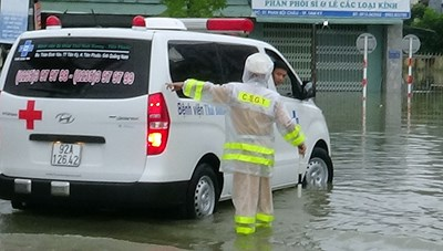 Hơn 500 cán bộ chiến sĩ Công an Quảng Nam giúp đỡ người dân trong mưa lũ