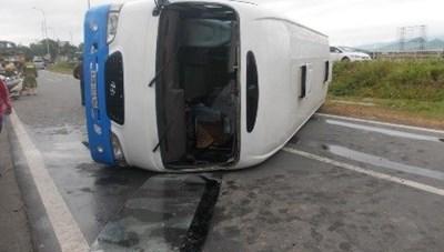 Lật xe chở công nhân, 14 người nhập viện
