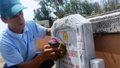 Người đàn ông hơn 15 năm âm thầm chăm sóc nghĩa trang liệt sĩ