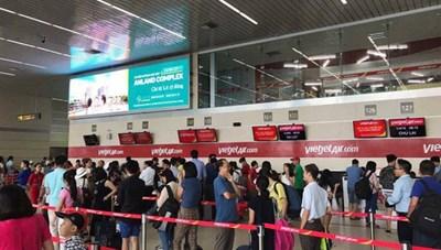 Nhân viên hàng không lại bị hành khách tấn công