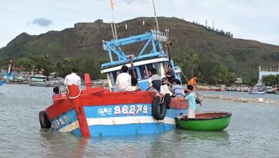 Quảng Ngãi: Một ngư dân rơi xuống biển mất tích