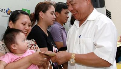 Tặng quà cho trẻ em đang phẫu thuật tại Bệnh viện Việt Nam – Cu Ba