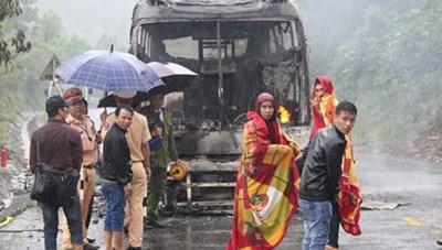 Thêm một xe khách cháy trơ khung trên đường Hồ Chí Minh