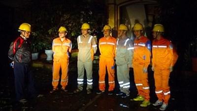 Công nhân điện lực khắc phục cấp điện trở lại sau mưa đá tại Yên Bái