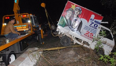 Lâm Đồng: Xe chiếu phim rơi xuống vực, 2 người thoát chết hy hữu