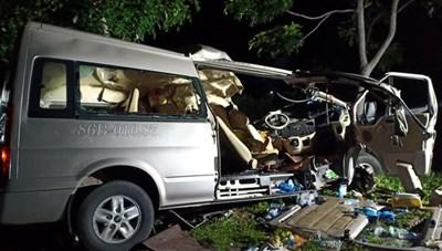 Xe khách và xe tải 'đấu đầu' trong đêm, 8 người tử vong