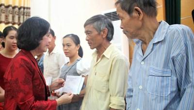 Trưởng ban Dân vận TW tặng quà người có công tại Quảng Nam