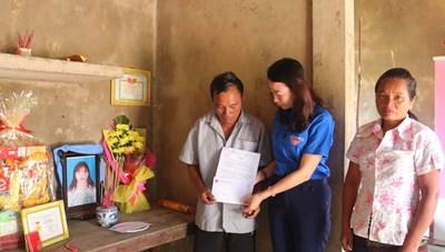 Truy tặng Huy hiệu Tuổi trẻ dũng cảm cho cô gái dân tộc Bru Vân Kiều