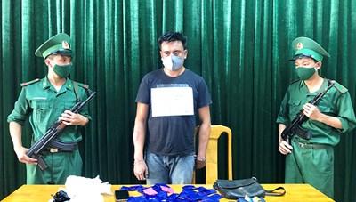 Quảng Bình: Bắt một người Lào vận chuyển 8 ngàn viên ma túy qua biên giới