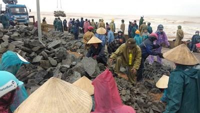 Người dân Cảnh Dương chạy đua với bão số 8 gia cố kè biển bị sạt lở