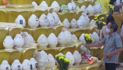 Người dân tiếp tục tới chùa Kỳ Quang 2 nhận diện tro cốt