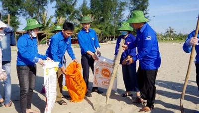 Hà Tĩnh: Hơn 1.000 đoàn viên thanh niên chung tay làm sạch biển