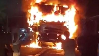 Hà Tĩnh: Xe tải bốc cháy ngùn ngụt trên QL1A