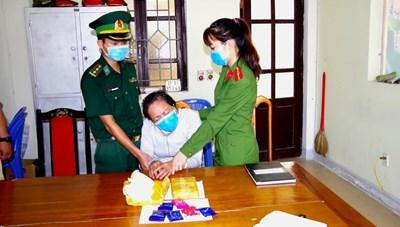 Hà Tĩnh: Bắt 'nữ quái' liều mình vận chuyển 12.000 viên ma túy